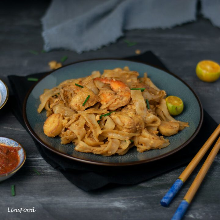 Fried flat rice noodles on blue plate